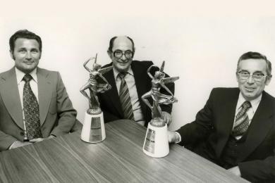 <h5>1977</h5><p>Philipp J. Rupp mit seinem Geschäftspartner Wolfgang Ricker nach der Preisverleihung des Oscars.</p>