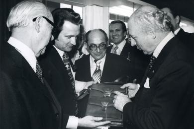 <h5>1977</h5><p>Bundespräsident Walter Scheel  besucht den Messestand auf der Internationalen Lederwarenmesse in Offenbach.</p>