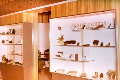 <h5>1970</h5><p>Esquire Messestand auf der internationalen Lederwarenmesse in Offenbach.</p>