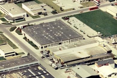 <h5>1990</h5><p>Das neue Firmengebäude im Industriegebiet von Jügesheim von oben.</p>