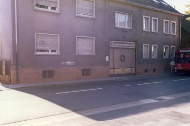 <h5>1986</h5><p>Eingang der alten Fabrik. Heute steht hier die Rodgau - Passage.</p>