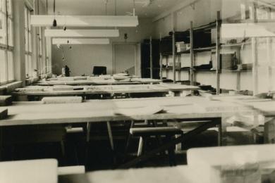 <h5>1965</h5><p>Blick in die Werkstatt im ersten Stock des alten Gebäudes.</p>