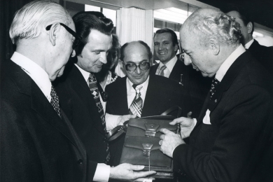 <h5>1977</h5><p>Federal president Walter Scheel visits the Esquire booth on the international leather fair ILM.																																																																																					</p>