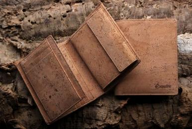 <h5>0478 40</h5><p>Hochformatbörse mit 10 Kreditkartenfächern, Sichtfach, 4 Steckfächern, doppeltem Scheinfach und Münzfach.  Maße: 10 x 12 cm</p>