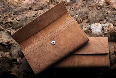 <h5>1243 40</h5><p>Damenlangbörse mit 13 Kreditkartenfächern, 6 Steckfächern und Reißverschluß-Münzfach.  Maße: 19 x 9,5 cm</p>