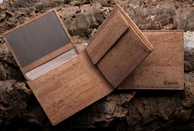 <h5>2993 40</h5><p>Querformatbörse mit 12 Kreditkartenfächern, Sichtfach, 3 Steckfächern, doppeltem Scheinfach und Münzfach.  Maße: 11 x 10 cm</p>