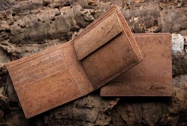 <h5>2996 40</h5><p>Querformatbörse mit 8 Kreditkartenfächern, 2 Steckfächern, doppeltem Scheinfach und Münzfach.  Maße: 11,5 x 10 cm</p>