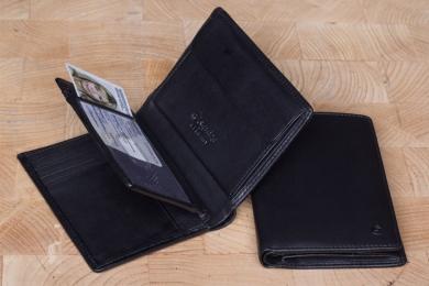 <h5>0462 38</h5><p>Hochformatbörse in schwarz mit 12 Kreditkartenfächern, 2 Sichtfächern, 8 Steckfächern, doppeltem Scheinfach und Münzfach. Maße: 9 x 12 cm</p>