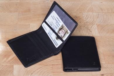 <h5>3026 38</h5><p>Kreditkartenetui in schwarz mit 8 Kreditkartenfächern, Sichtfach und doppeltem Scheinfach. Maße: 8,5 x 10,5 cm</p>