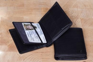 <h5>2234 38</h5><p>Hochformatbörse in schwarz mit 7 Kreditkartenfächern, 2 Sichtfächern, 2 Steckfächern, doppeltem Scheinfach und Münzfach. Maße: 9 x 10,5 cm</p>