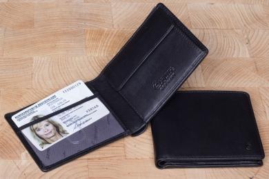 <h5>2223 38</h5><p>Scheintasche in schwarz mit 6 Kreditkartenfächern, Sichtfach, 2 Steckfächern, doppeltem Scheinfach und Münzfach. Maße: 10,5 x 8,5 cm</p>