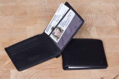 <h5>3025 38</h5><p>Kreditkartenetui in schwarz mit 9 Kreditkartenfächern, Sichtfach, 2 Steckfächern und doppeltem Scheinfach. Maße: 10,5 x 8,5 cm </p>