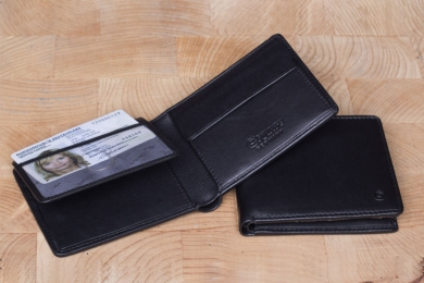 <h5>2224 38</h5><p>Wallet in black with 9 creditcard slots, 2 net compartments, 2 slip pockets, double billfold and coin compartment. Size: 10,5 x 8,5 cm</p>