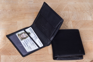 <h5>2233 38</h5><p>Wallet in black with 5 creditcard slots, net compartment, slip pocket, double billfold and coin compartment. Size: 9 x 10,5 cm	</p>