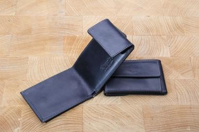 <h5>2911 08</h5><p>Scheintasche in schwarz, blau und braun mit einem Kreditkartenfach, Scheinfach für gefaltete Scheine und Münzfach. Maße: 10 x 6,5 cm</p>