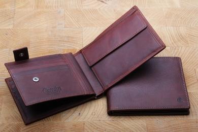 <h5>2235 08</h5><p>Scheintasche in schwarz, blau und braun mit 12 Kreditkartenfächern, Sichtfach, 7 Ausweisfächern, doppeltem Scheinfach und Münzfach. Maße: 12 x 9,5 cm</p>