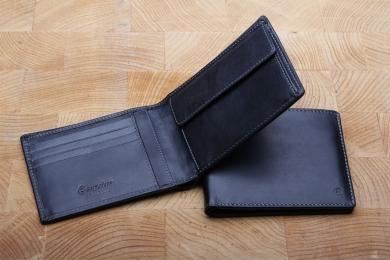 <h5>2996 08</h5><p>Scheintasche in schwarz, blau und braun mit 8 Kreditkartenfächern, 3 Ausweisfächern, doppeltem Scheinfach und Münzfach. Maße: 12 x 9 cm</p>