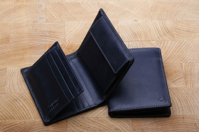 <h5>0459 08</h5><p>Wallet in black, blue and brown with 8 creditcard slots, net compartment, id slot, 4 slip pockets, double billfold and coin compartment. Size: 9 x 11 cm</p>