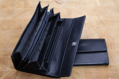 <h5>1243 08</h5><p>Wallet in black, blue and brown with 13 creditcard slots, id slot, 6 slip pockets and coin compartment with zip. Size: 19 x 10 cm</p>