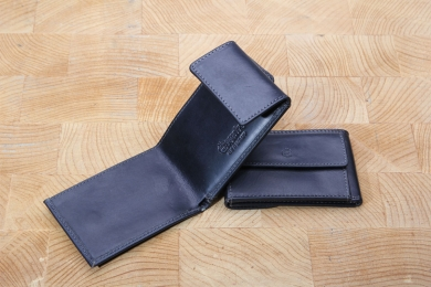 <h5>2911 08</h5><p>Wallet in black, blue and brown with one creditcard slot, billfold  for folded bills and coin compartment. Size: 10 x 6,5 cm</p>