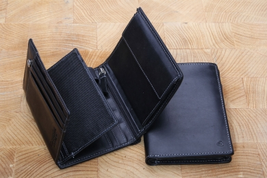 <h5>0484 08</h5><p>Wallet in black, blue and brown with 13 creditcard slots, 2 net compartments, 5 slip pockets, zip-compartment, double billfold and coin compartment. Size: 9,5 x 12,5 cm	</p>