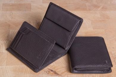 <h5>0966 09</h5><p>Hochformatbörse in schwarz und braun mit Cardsafe System mit 12 Kreditkartenfächern, 4 Ausweisfächern, doppeltem Scheinfach und Münzfach. Maße: 10 x 12 cm</p>
