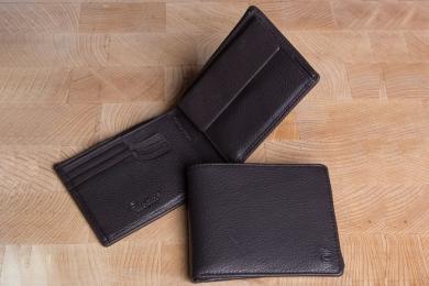 <h5>2295 09</h5><p>Scheintasche in schwarz und braun mit Cardsafe System mit 8 Kreditkartenfächern, Steckfach, doppeltem Scheinfach und Münzfach. Maße: 12 x 10 cm</p>