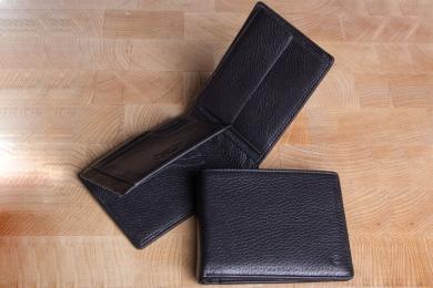 <h5>2282 09</h5><p>Scheintasche in schwarz und braun mit Cardsafe System mit 12 Kreditkartenfächern, 3 Ausweisfächern, doppeltem Scheinfach und Münzfach. Maße: 12,5 x 9,5 cm</p>