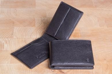 <h5>2203 09</h5><p>Scheintasche in schwarz und braun mit Cardsafe System mit 4 Kreditkartenfächern, Steckfach, Scheinfach und Münzfach. Maße: 11 x 7,5 cm</p>