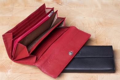 <h5>1243 09</h5><p>Damenlangbörse in schwarz, braun und rot mit 16 Kreditkartenfächern, Ausweisfach, 6 Steckfächern und RV-Münzfach. Maße: 18,5 x 9 cm</p>
