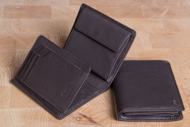 <h5>0966 09</h5><p>Wallet in black and brown with Cardsafe system with 12 credit card slots, 4 identity card compartments, double billfold and coin compartment. Size: 10 x 12 cm</p>