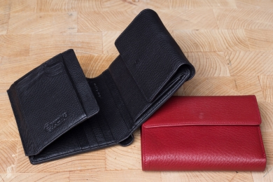 <h5>1220 09</h5><p>Women´s wallet in black, brown and red with 12 credit card slots, net compartment, 6 identity card slots, clamp compartment, double billfold and coin compartment. Size: 10,5 x 12,5 cm</p>
