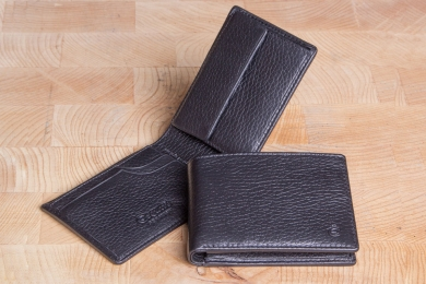 <h5>2203 09</h5><p>Wallet in black and brown with Cardsafe system with 4 credit card slots, clamp compartment, billfold and coin compartment. Size: 11 x 7,5 cm</p>