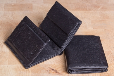 <h5>0485 09</h5><p>Wallet in black and brown with Cardsafe system with 14 credit card slots, 4 identity card compartments, double billfold and coin compartment. Size: 10 x 12 cm</p>