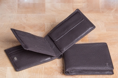<h5>2244 09</h5><p>Wallet in black and brown with Cardsafe system with 12 credit card slots, 2 identity card compartments, double billfold and coin compartment. Size: 12 x 11 cm</p>