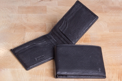 <h5>3025 09</h5><p>Credit card case in black and brown with Cardsafe system with 18 credit card slots, 4 identity card compartments and double billfold. Size: 12 x 9 cm </p>
