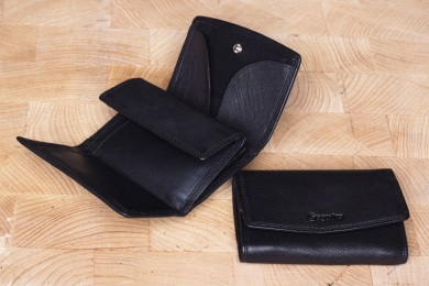 <h5>0113 59</h5><p>Wallet with money tray in black and brown with 4 creditcard slots, double billfold and double coin compartment with money tray. Size: 11 x 8 cm</p>
