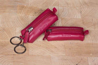 <h5>3379 59</h5><p>Key case with zip in black, brown and red with 2 key chains. Size: 11 x 4 x 2,5 cm	</p>