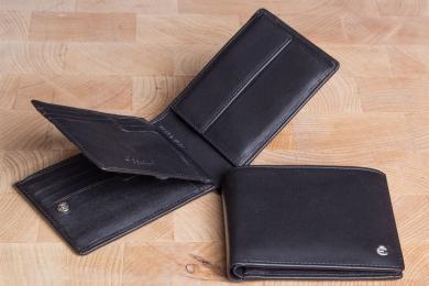 <h5>2244 49</h5><p>Scheintasche in schwarz mit Cardsafe System und RFID- Protect mit 12 Kreditkartenfächern, 2 Steckfächern, doppeltem Scheinfach und Münzfach. Maße: 12 x 10 cm</p>