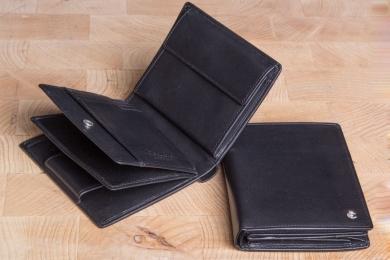 <h5>0483 49</h5><p>Hochformatbörse in schwarz mit Cardsafe System und RFID- Protect mit 16 Kreditkartenfächern, 4 Ausweisfächern , div. Steckfächern, doppeltem Scheinfach und Münzfach. Maße: 10 x 12,5 cm</p>