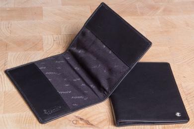 <h5>3140 49</h5><p>Reisepassetui in schwarz mit RFID- Protect und zwei Einstecklaschen. Maße: 10 x 14 cm</p>