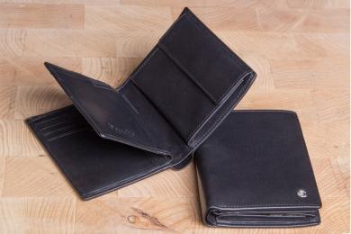 <h5>0469 49</h5><p>Hochformatbörse in schwarz mit Cardsafe System und RFID- Protect mit 14 Kreditkartenfächern, 5 Steckfächern, doppeltem Scheinfach und Münzfach. Maße: 10 x 12 cm</p>