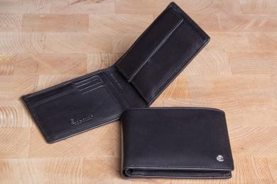 <h5>2295 49</h5><p>Scheintasche in schwarz mit Cardsafe System und RFID- Protect mit 8 Kreditkartenfächern, Ausweisfach, Steckfach, doppeltem Scheinfach mit Geheimfach und Münzfach. Maße: 12 x 9,5 cm</p>