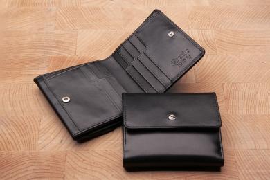"""<h5>0039 49</h5><p>Börse mit Wiener Schachtel in schwarz mit RFID- Protect mit 9 Kreditkartenfächern, 2 Steckfächern, doppeltem Scheinfach mit Geheimfach und Münzbörse """"Wiener Schachtel"""". Maße: 10,5 x 9 cm</p>"""