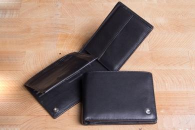 <h5>2282 49</h5><p>Scheintasche in schwarz mit Cardsafe System und RFID- Protect mit 12 Kreditkartenfächern, 3 Steckfächern, doppeltem Scheinfach und Münzfach. Maße: 12,5 x 9,5 cm</p>
