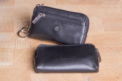 <h5>3262 49</h5><p>Schlüsseletui in schwarz mit 2 Schlüsselringen und Reißverschlußfach. Maße: 11 x 6 cm</p>