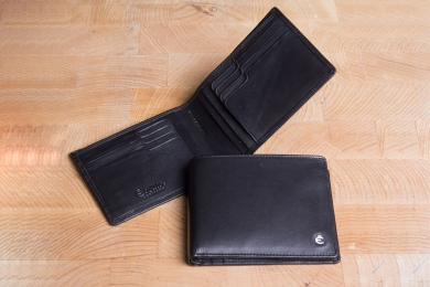 <h5>3925 49</h5><p>Credit card case in black with Cardsafe system and RFID-protect with 16 credit card slots,  identity card comp., clamp comp. and double billfold. Size: 12 x 9,5 cm 	</p>