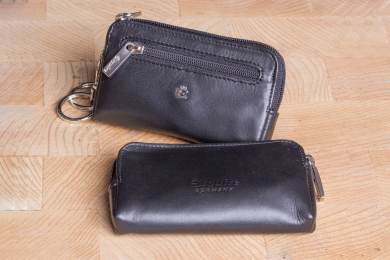 <h5>3262 49</h5><p>Key case in black with 2 rings and zip compartment.	 Size: 11 x 6 cm</p>