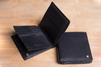 <h5>0477 49</h5><p>Wallet in black with Cardsafe system and RFID-protect with 16 credit card slots,  identity card compartment, 5 clamp compartments, double billfold and coin compartment. Size: 11 x 12 cm</p>