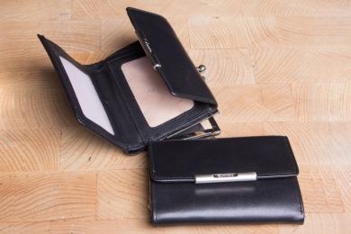 <h5>1120 50</h5><p>Bügelbörse  in schwarz und rot mit RFID - Protect mit 3 Kreditkartenfächern, 3 Steckfächern, doppeltem Scheinfach und doppeltes Münzfach. Maße: 12 x 9 cm</p>
